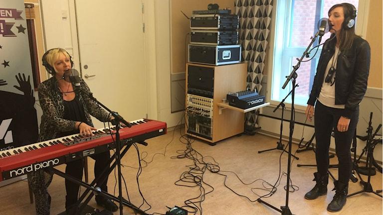 Jessica Falk framför nya låten tillsammans med Jenn Bostic. Foto: Niklas Axelsson/Sveriges Radio