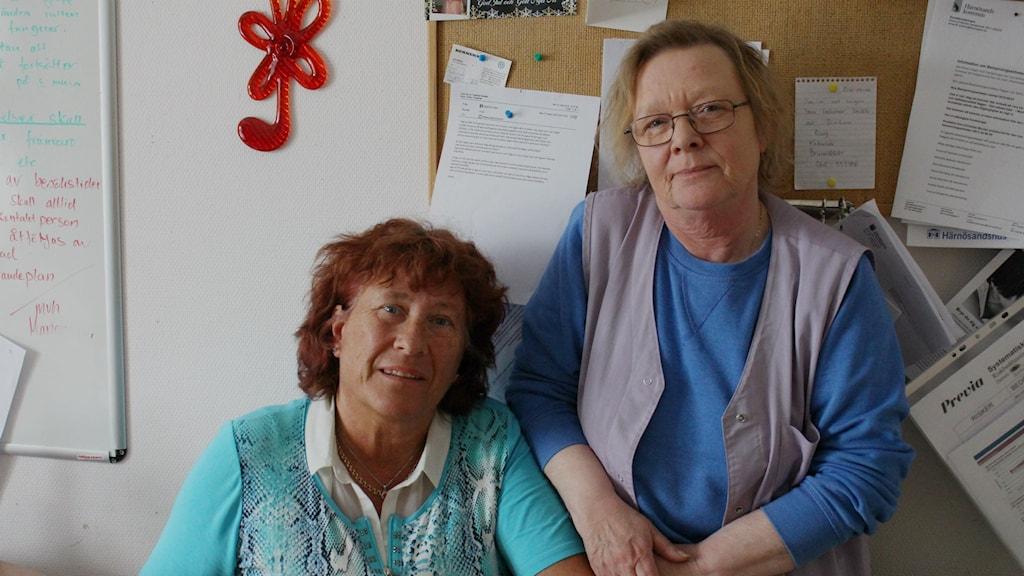 Gertrud och Britt-Inger jobbar inom Viksjös hemtjänst. Foto: Johanna Svensson/Sveriges Radio