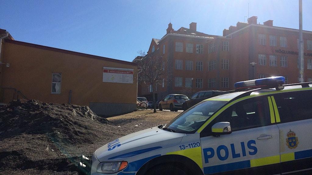 Polisbil parkerad vid Höglundaskolan i Sundsvall efter brandlarmet. Foto: Christer Jonasson/Sveriges Radio