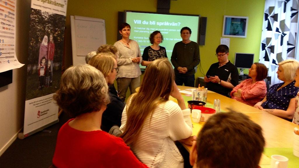 Helena Hill, Lotta Lockne och Khaled Derawi (i bakgrunden) från Sundsvalls kommun informerade om vad det betyder att bli språkvän. Foto: Lotte Nord/SR