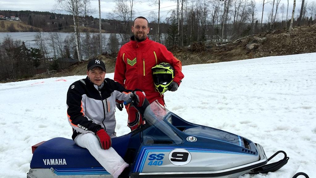 Benny Lindberg och Joakim Eriksson på en snöskoter. Foto: Ulf Thonman/Sveriges Radio