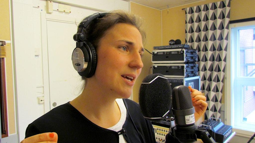 Viola Martinsson sjunger i studion. Foto: Karin Lönnå/Sveriges Radio