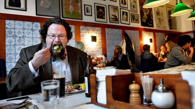 Edward Blom äter på Operakällarens bakficka. Foto: Tomas Oneborg/SvD/TT