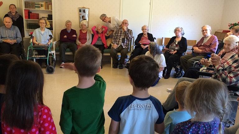 Det var en uppskattad sångstund på Koltrastens äldreboende igår när barn från Svalans förskola kom. Foto Ulla Öhman