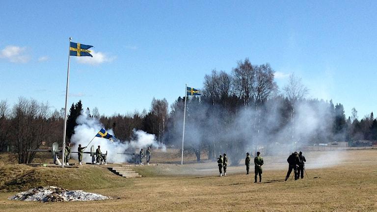 Klockan tolv sköts salut för nya prinsen i Härnösand. Foto: Karin Lönnå/Sveriges Radio