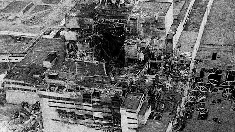 Flygfoto 1986 över den förstörda reaktorn vid Tjernobyl.  Foto: AP