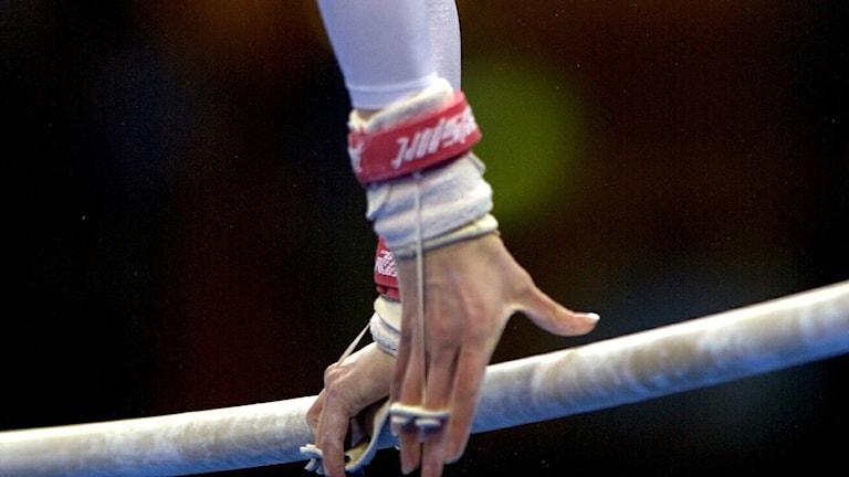 Kvinnlig gymnast har träningspass på barr. Foto:  Janerik Henriksson/TT