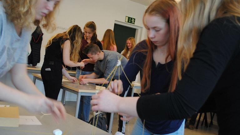 """Elever från Alneskolan klass 8C provar på tävlingen """"spaghettitornet""""."""