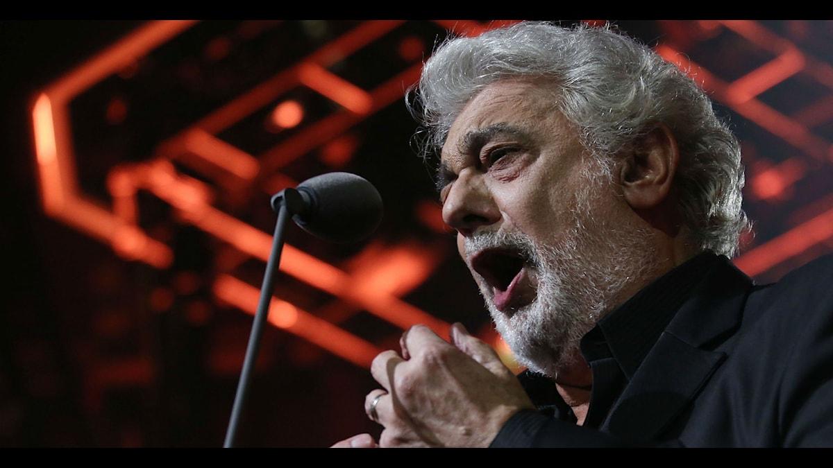 Musik kan fungera som medicin, därför tar vi oss friheten att kalla denne skönsjungande man för Placebo Domingo.