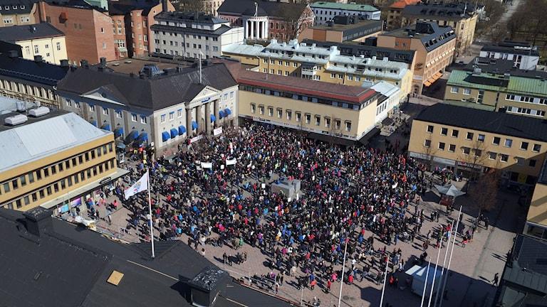 Bild tagen av drönare av demonstranterna på torget i Härnösand. Foto: Thomas Gradin.