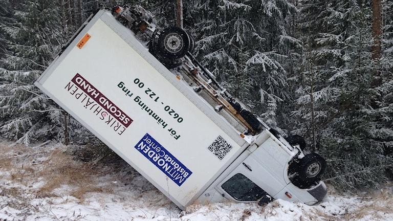 Mindre lastbil på taket i snöovädret tre km öster om Viksjö. Foto: Lotte Nord/Sveriges Radio