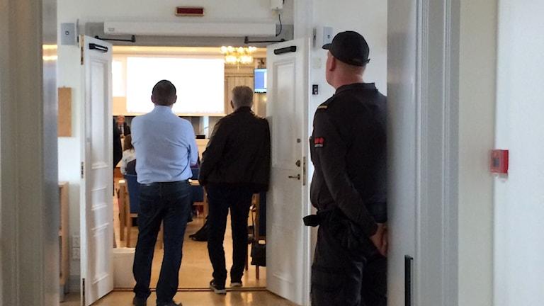 En vakt bevakar fullmäktigemötet i landstinget. Foto: Ulla Öhman/SR