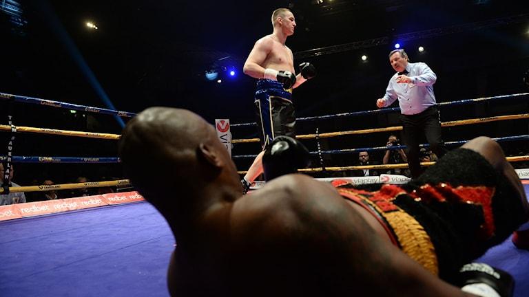 Otto Wallin knockar Irineu Costa Junior under internationella boxningsgalan. Foto: Fredrik Sandberg/TT