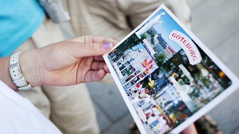Allt färre skickar vykort.  Vi meddelar oss allt mer via sms, e-brev och sociala medier.