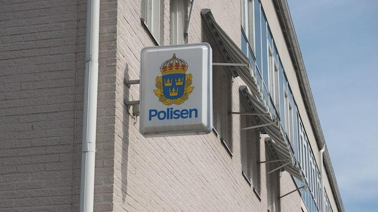 Skylt utanför polishuset Kramfors. Foto: Ingrid Engstedt Edfast/SR
