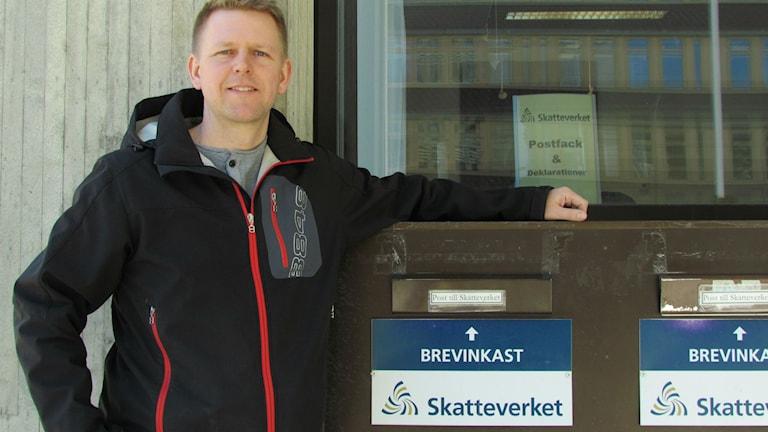Mats Löwenteg utanför Skatteverket i Sundsvall. Foto: Malin Berglund