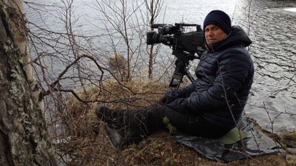Zoltan Török spanar efter älg vid sjökanten vid Kullberg. Foto: Lotte Nord/Sveriges Radio