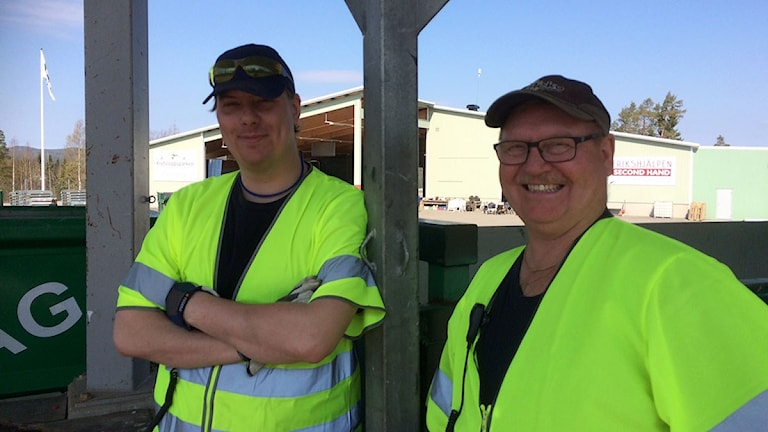 Daniel Andersson och Kalle Berggren på kretsloppsparken Blåberget. Foto: Per-Erik Karlsson Lindberg/Sveriges Radio