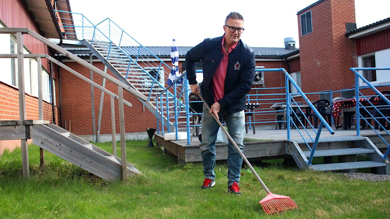 PA Forslund är naprapat och visar hur man krattar på bästa sätt. Foto: Anna Ahlström/Sveriges Radio