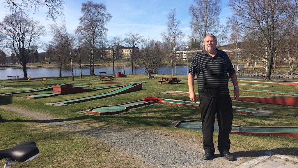Uno Gradin från Föreningen Utveckla Härnösand står framför minigolfbanan där det finns planer att bygga hotell. Foto Ulla Öhman