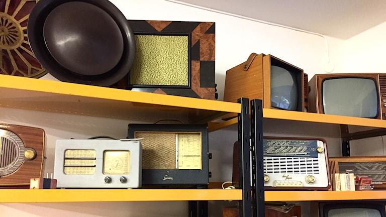 Hylla med flera äldre radioapparater. Foto: Karin Lönnå/Sveriges Radio