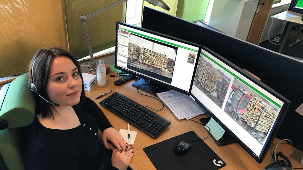 Katarina Leander jobbar med distanskontroll av timmer via bilder som hon granskar på datorer.