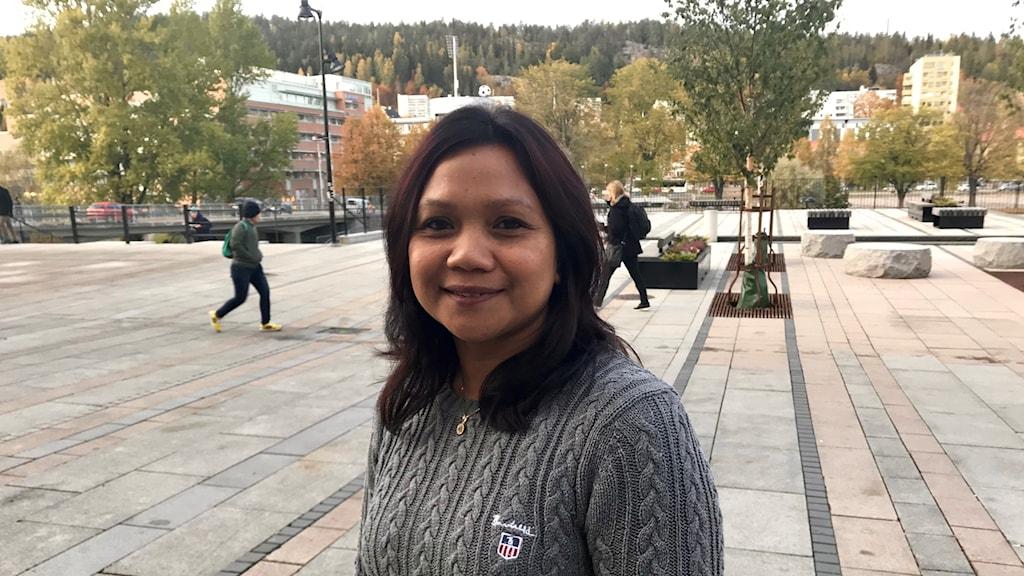 Kvinna i Sundsvall ser fundersam ut