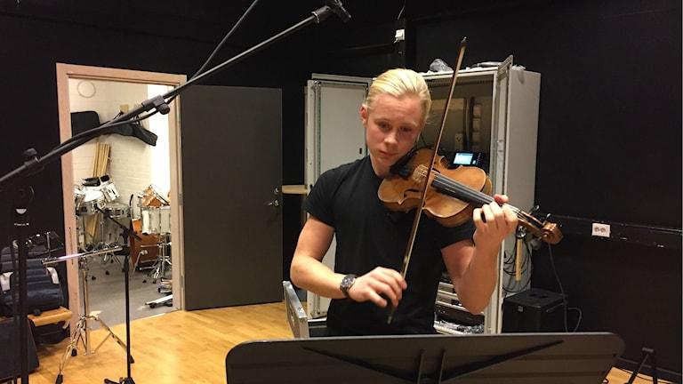 Leopold Strinndin övar på fiol
