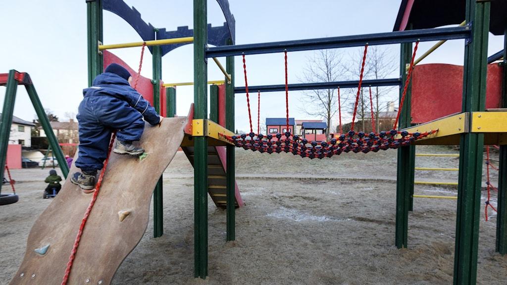 Ett barn leker i en klätterställning. Foto: Gorm Kallestad/NTB scanpix/ TT.