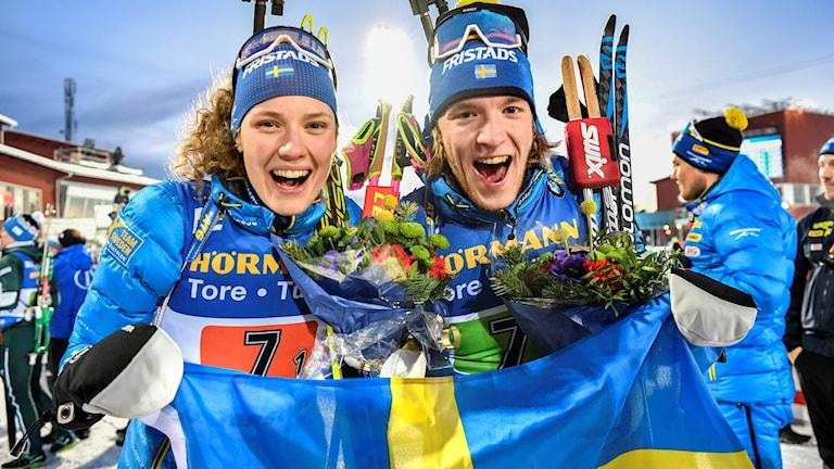 Hanna Öberg och Sebastian Samuelsson firar sitt brons efter torsdagens singelmixedstafett under skidskytte-VM i Östersund.