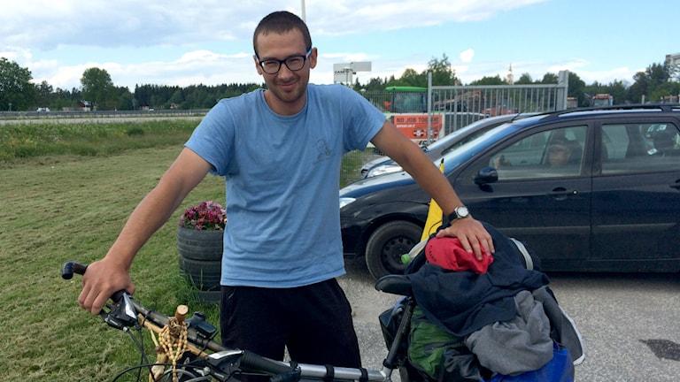 Polacken Paweł Serkowski med sin cykel. Foto: Johanna Svensson/Sveriges Radio