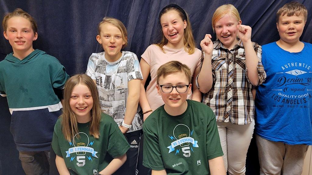 De sju eleverna i klassen på Sidensjöskolan är superglada att de vunnit och alla ler stort. Foto: Susanna Rönnbäck