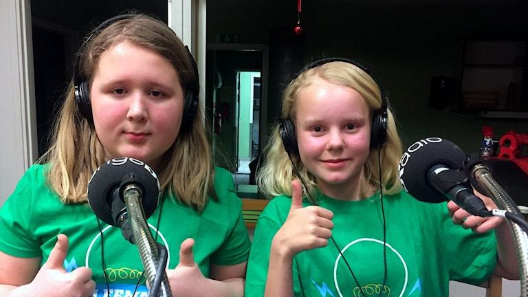 Eilif Kamel Hargaut och Alva Eliasson i 5C Engelska skolan gör tummen upp direkt efter beskedet att de vunnit första kvartsfinalen i Vi i femman 2018. Foto: Billy Abraha/Sveriges Radio