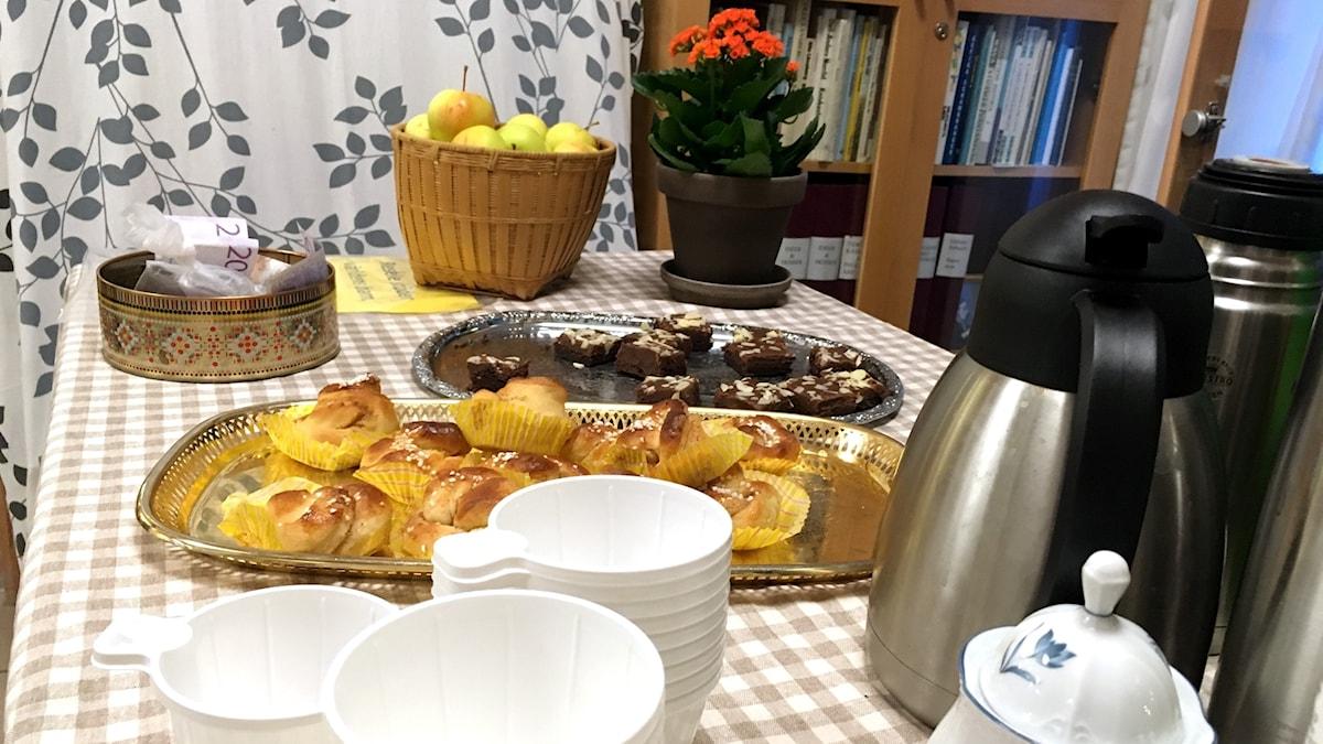 Bullar, kakor och nybryggt kaffe står framdukat på en rutig duk i Resele. Foto: Anton Kårén/Sveriges Radio