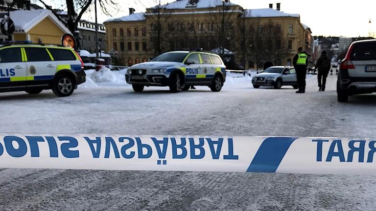 En rad polisbilar innanför avspärrningen kring Swedbanks kontor i centrala Sundsvall. Foto: Fredrik Birging/Sveriges Radio