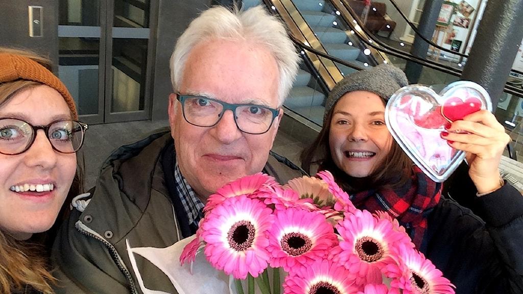 Kalaspatrullen i Örnsköldsvik med blommor och gelehjärtan. Magdalena Brander, Lennart Sundwall och Freja Lantto Heldebro. Foto: Sveriges Radio