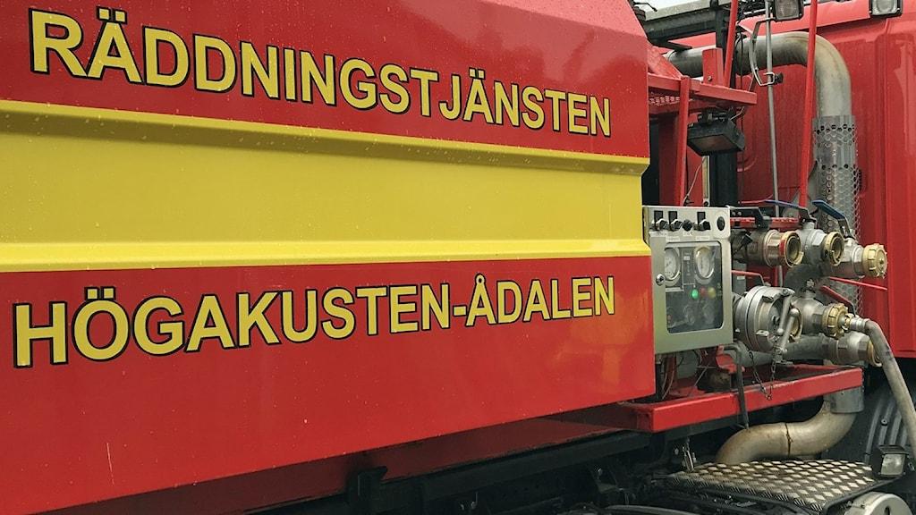 En bild på en brandbil som det står Räddningstjänsten Höga Kusten-Ådalen på.