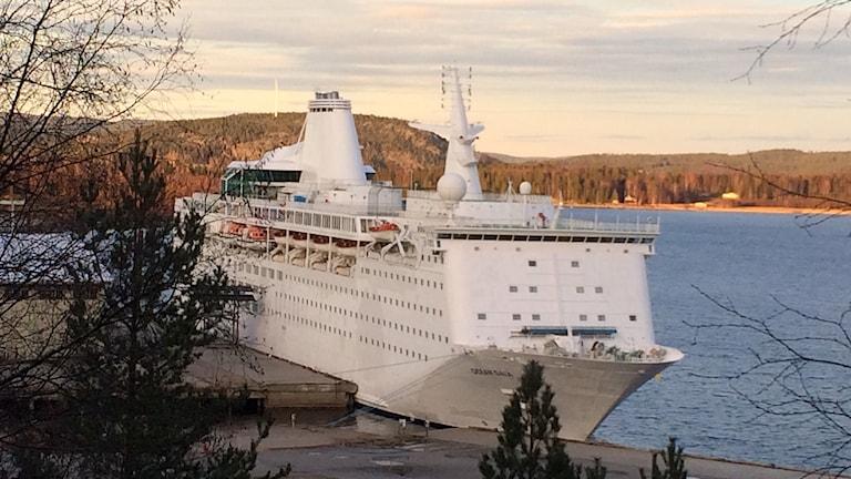 Fartyget Ocean Gala ligger kvar de sista timmarna vid kajen i Utansjö. Foto: Ingrid Engstedt Edfast/Sveriges Radio