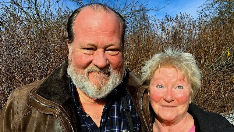 Programledare Lars T Johansson och producent Kerstin Ericsson i vårsolen. Foto: Ann-Charlotte Carlsson/Sveriges Radio