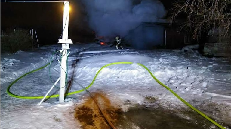 En ladugård brann ner i Åmynnet och den starka kylan försvårade släckningsarbetet.
