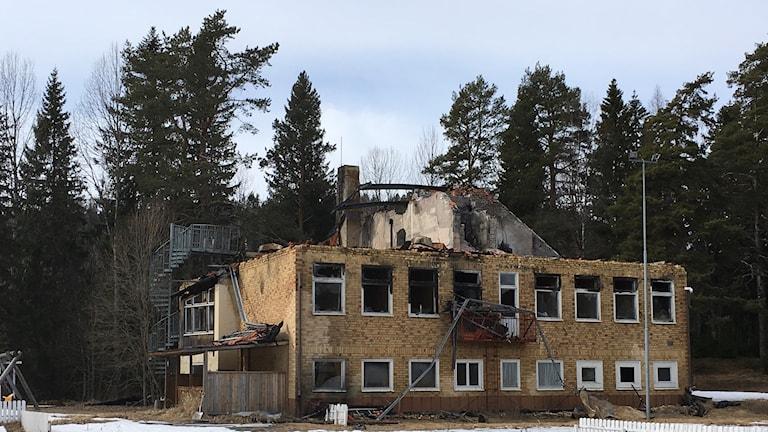 Resterna av gamla Viksjö skola skola är fortfarande kvar ett år efter branden, HVB-hem
