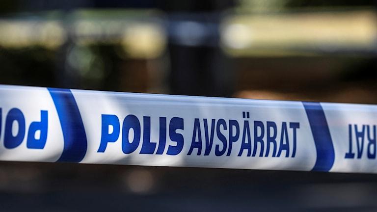 Närbild på polisens avspärrningsband vid en misstänkt brottsplats. Foto: Johan Nilsson/TT