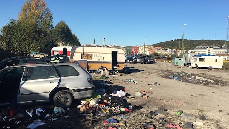Sönderslagna bilar, husvagnar och mängder av skräp på marken i det tomma migrantlägret i hamnen i Sundsvall. Foto: Lotte Nord/Sveriges Radio