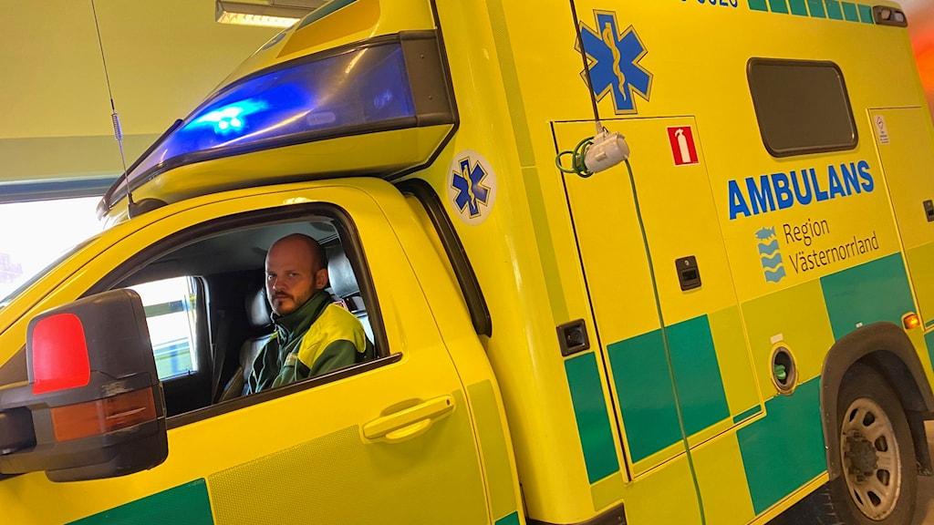 Mika Rubin sitter på förarsätet i en ambulans.