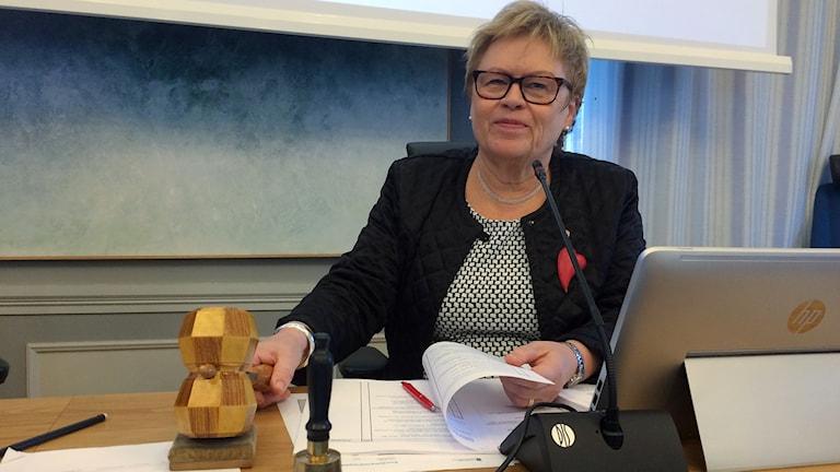 Elvy Söderström (S), ny ordförande i fullmäktige landstinget håller i ordförandeklubban och ser glad ut. Foto: Ulla Öhman/Sveriges Radio