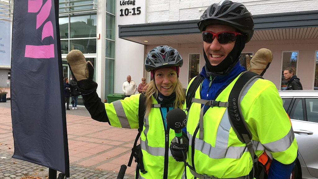 Anna Ahlström och Niklas Axelsson står glada på torget när de cyklat i mål. Foto: Ingrid Engstedt Edfast/Sveriges Radio