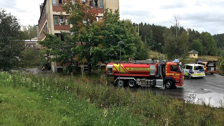 Polis och räddningstjänst på plats vid nedlagt äldreboende i Björknäs utanför Kramfors efter larm om brand. Foto: Anton Kårén/Sveriges Radio