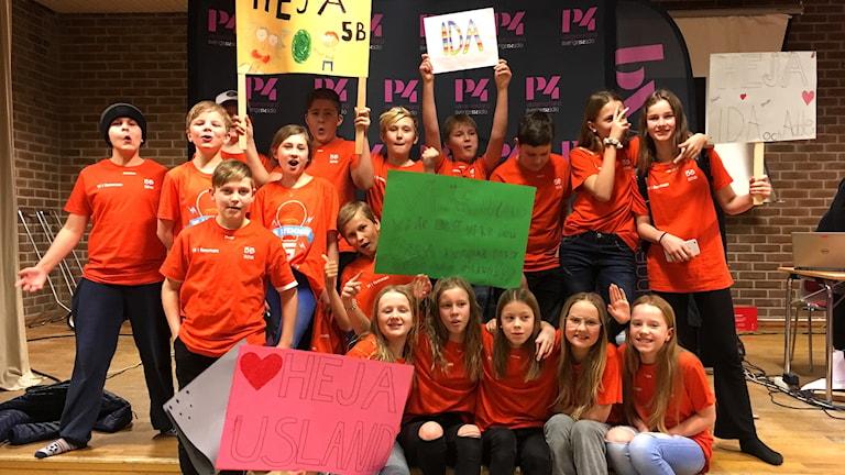 Uslands skola 5B jublar efter vinsten i fjärde kvartsfinalen av Vi i femman. Foto: Anton Kårén/Sveriges Radio