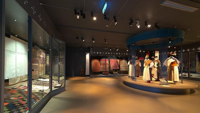 Basutställningen på Murberget visar dräkter och textilier i montrar. Foto: Björn Grankvist/Länsmuseet i Västernorrland
