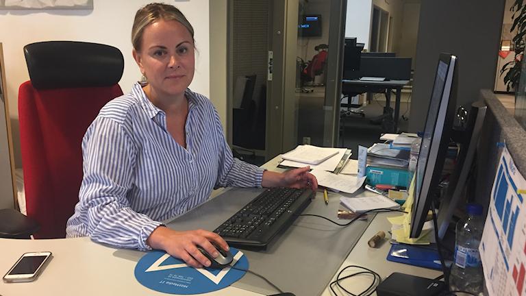 Linn Grundberg vid sitt skrivbord på ÖA.